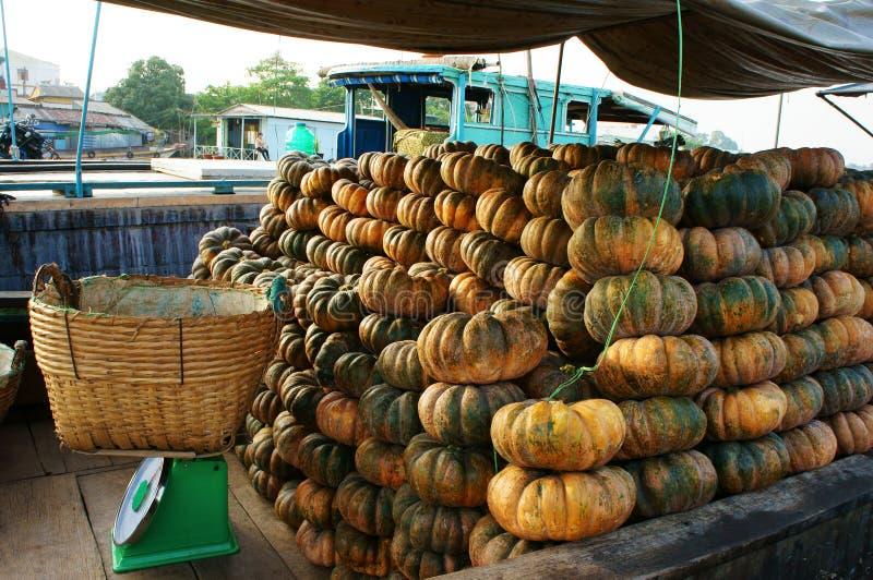 Transport en bois de bateau beaucoup de potirons jaunes, marché de flottement de Cai Rang, delta du Mékong photo stock