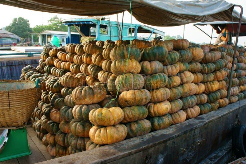 Transport en bois de bateau beaucoup de potirons jaunes, marché de flottement de Cai Rang, delta du Mékong images stock