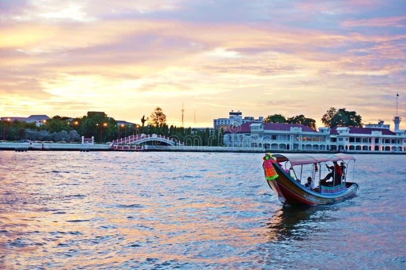 Transport en Chao Phraya River au temps réglé du soleil images stock