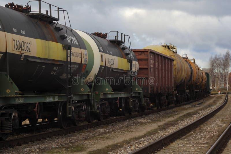 Transport för stångbränslebehållare förbi stången i fraktdrev arkivfoton