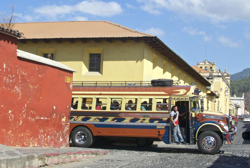 Transport local en Amérique Centrale Autobus Antigua, Guatemala de poulet photo stock