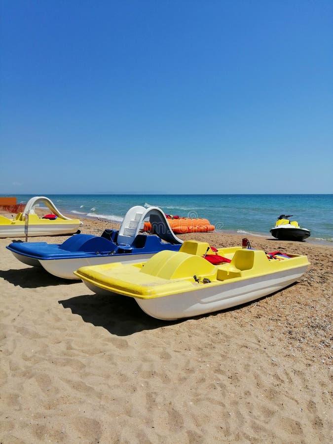 Transport maritime catamaran sur le sable photographie stock