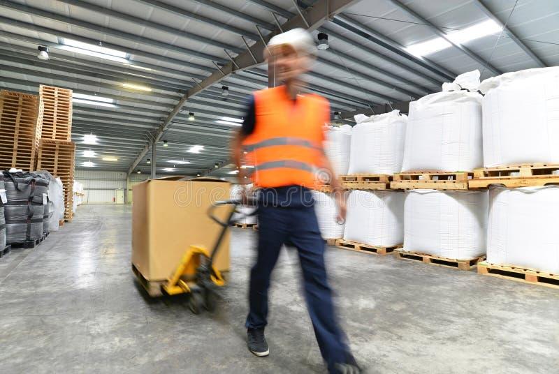 Transport och logistik i ett lager av ett speditionmedel - w arkivfoto