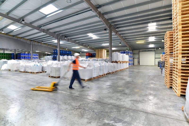 Transport och logistik i ett lager av ett speditionmedel - w arkivfoton