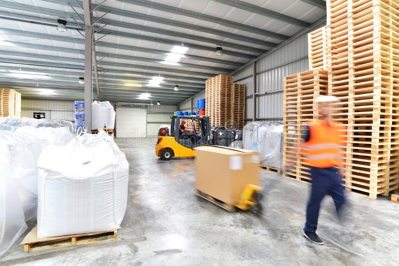 Transport och logistik i ett lager av ett speditionmedel - w royaltyfria foton