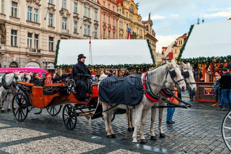 Transport och träkiosker på gamla torget i Prag arkivfoto