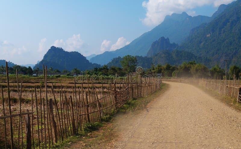 Sur une route rurale. Vang Vieng. Les Laotiens. images libres de droits