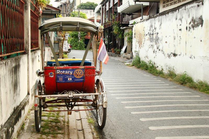 Transport thaïlandais traditionnel - trishaw ou tricycle sur une rue vide photos stock