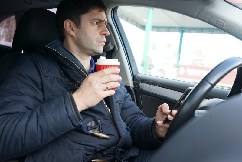 Transport- und Fahrzeugkonzept - bemannen Sie trinkenden Kaffee während d lizenzfreie stockfotos