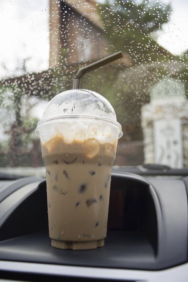 Transport- und Fahrzeugkonzept - nehmen Sie Schale gefrorenen Kaffee weg, der auf eine vordere Konsole eines Autos mit Wassertrop lizenzfreie stockfotografie
