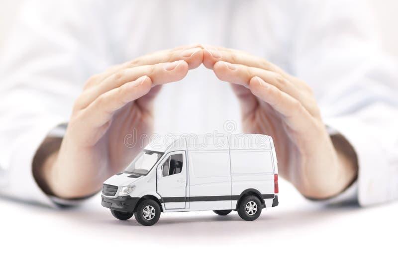 Transport vit skåpbil bil som skyddas av händer arkivbilder