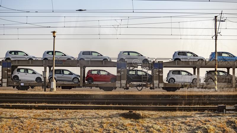 Transport von Autos auf der Bahnplattform lizenzfreie stockfotos
