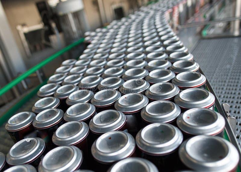Transportador con las bebidas en latas imágenes de archivo libres de regalías