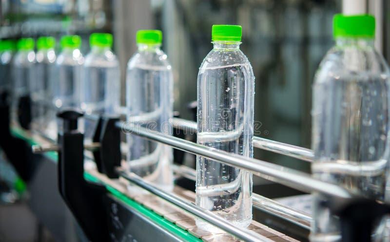 Transportador con las botellas de agua imagen de archivo