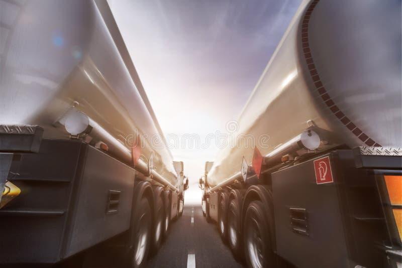 Transportador da gasolina que apressa-se na estrada fotografia de stock royalty free