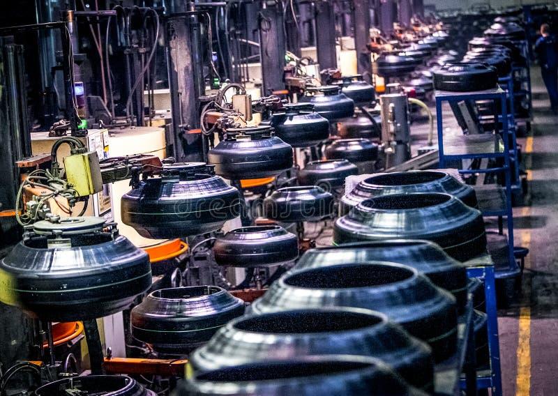 Transportador de la máquina de la producción del neumático en la fábrica fotos de archivo