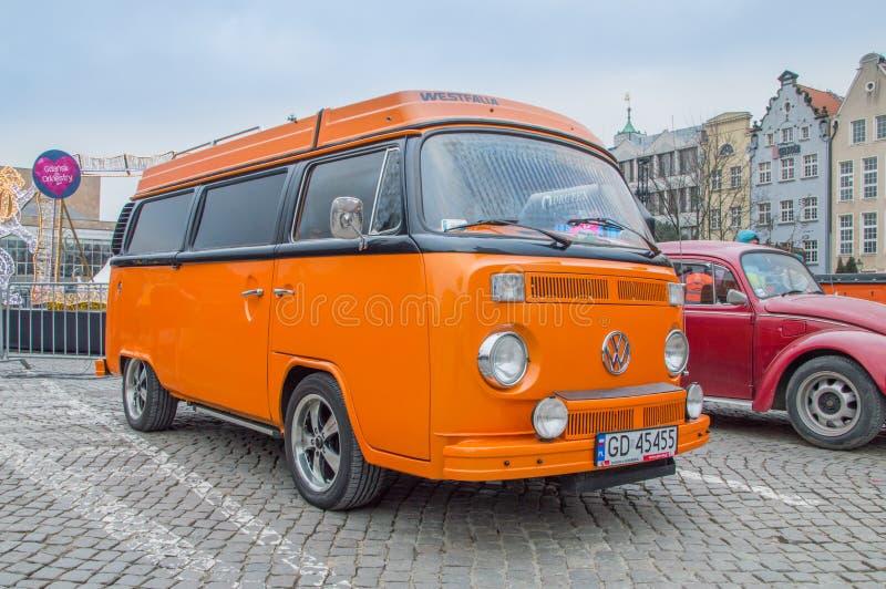 Transportador histórico alaranjado de Volkswagen na grande orquestra do polonês Wielka Orkiestra Swiatecznej Pomocy da caridade d imagem de stock
