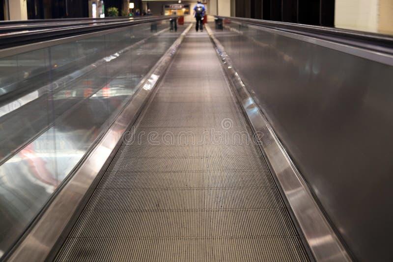 Transportador móvil de la gente de la acera en aeropuerto imagenes de archivo