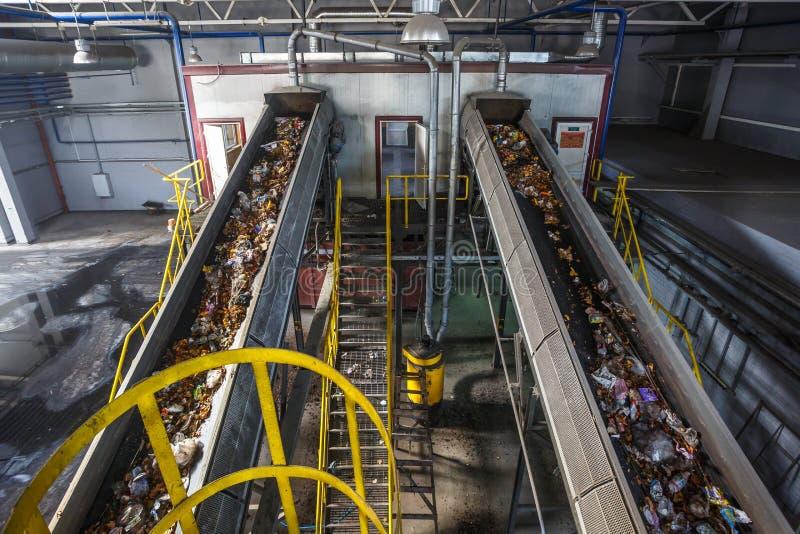 Transportador móvil del transportador en la planta de tratamiento moderna del reciclaje de residuos Separado y clasificando la re imagen de archivo