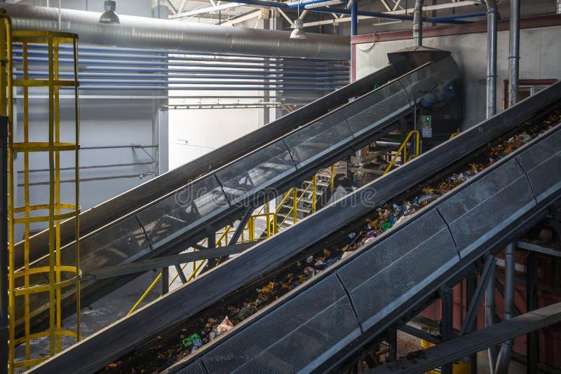 Transportador móvil del transportador en la planta de tratamiento moderna del reciclaje de residuos Separado y clasificando la re fotografía de archivo