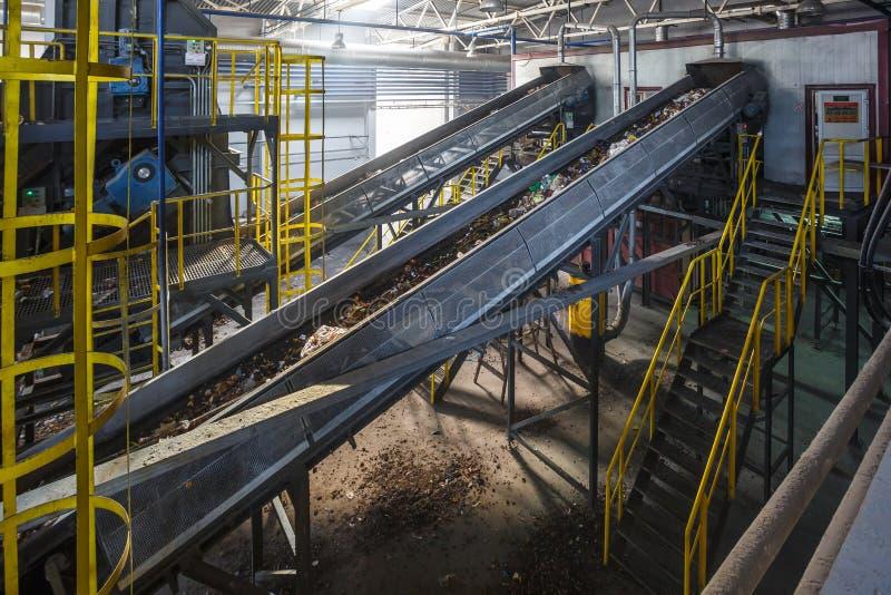 Transportador móvil del transportador en la planta de tratamiento moderna del reciclaje de residuos Separado y clasificando la re fotos de archivo