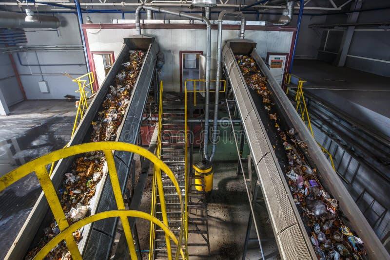 Transportador m?vil del transportador en la planta de tratamiento moderna del reciclaje de residuos Separado y clasificando la re imágenes de archivo libres de regalías
