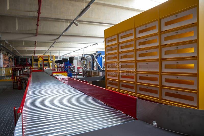 Transportador que clasifica la correa en el almacén de distribución imagenes de archivo
