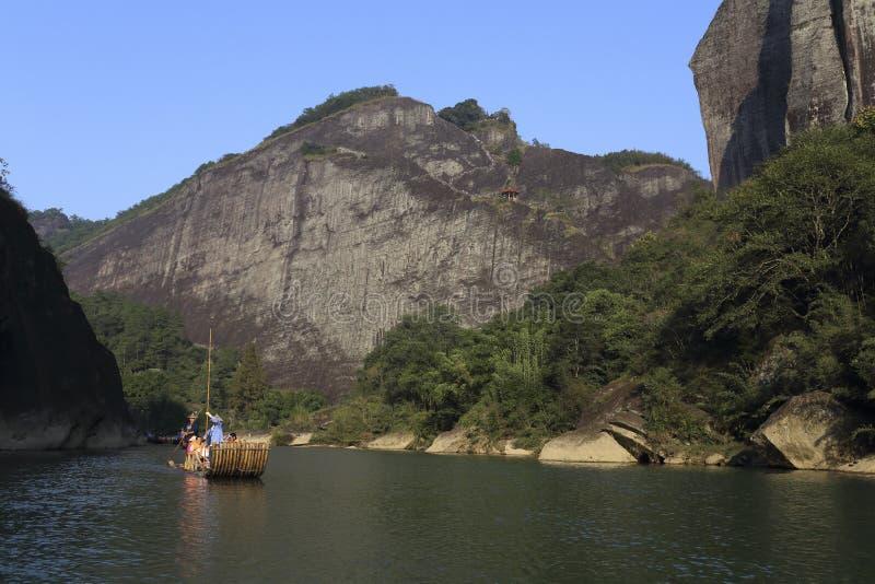 Transportando em The Creek no ponto cênico de montanha de wuyi, montanha de wuyi fotos de stock