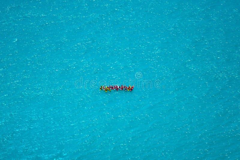 Transportando en balsa, el extremo, equipo, deporte, diversión, active, se relaja, salpicando el agua blanca imagen de archivo