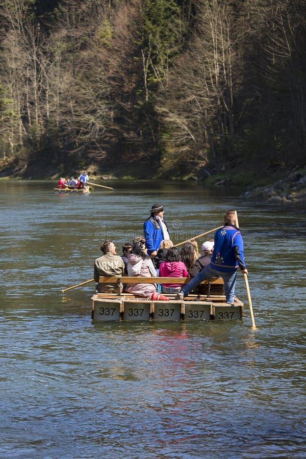 Transportant par radeau sur la rivière de Dunajec, voyage en bois de radeau, Szczawnica, Pologne images stock