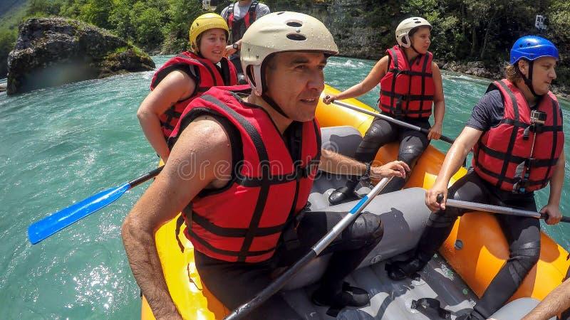 Transportar al equipo en balsa en el agua blanca fotografía de archivo libre de regalías