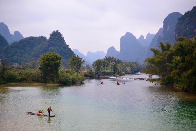 Transportar de bambu no rio Guilin de Li, rio Yangshuo de Yulong, Guangxi CHINA fotografia de stock