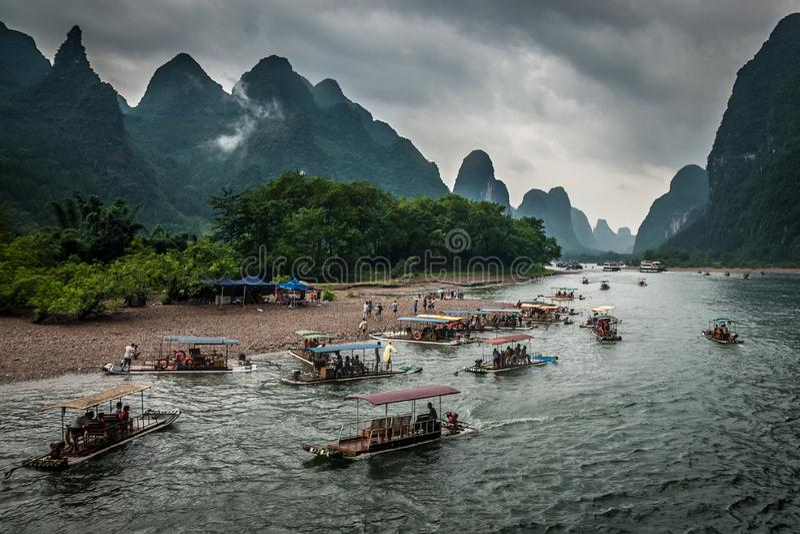 Transportar de bambu no rio de Yulong imagens de stock