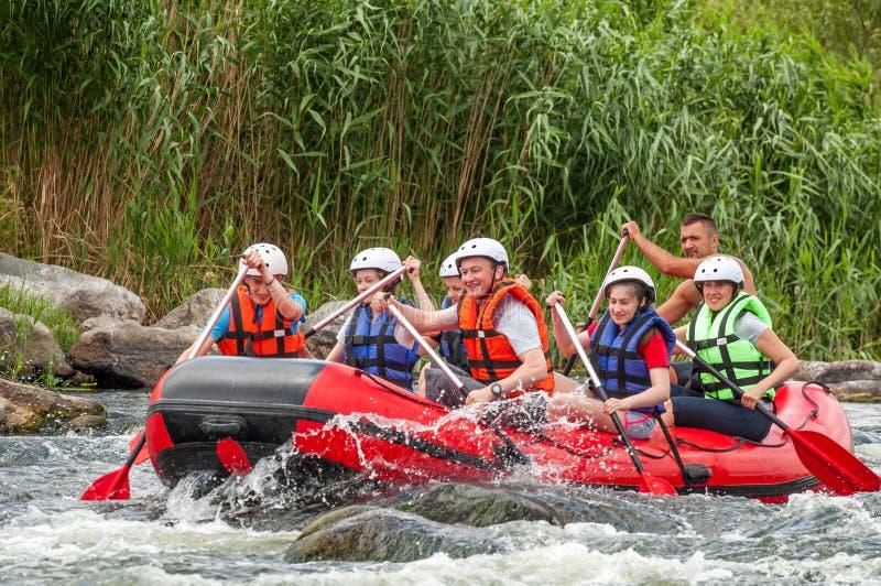 Transportar e kayaking Esportes emocionantes e extremos para a família e a recreação incorporada teamwork imagens de stock royalty free