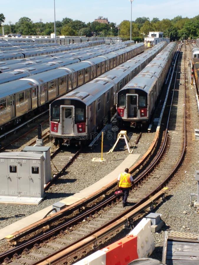 Transportarbetare i Corona Rail Yard, NYC, NY, USA arkivbild