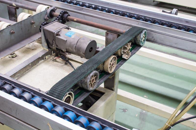 Transportband produktionslinje av fabriken arkivbild