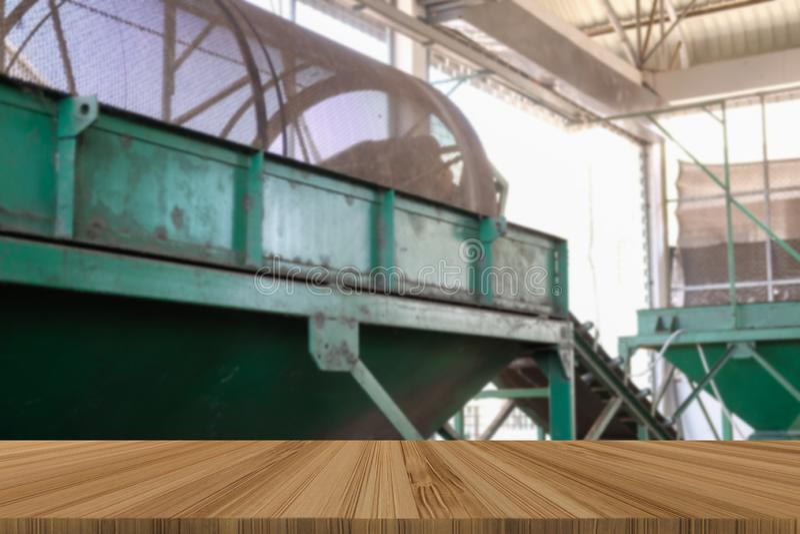 transportband voor ladingsmeststof trommelvorm in installatiefabriek met houten lijst voor het product van de monteringvertoning stock afbeelding
