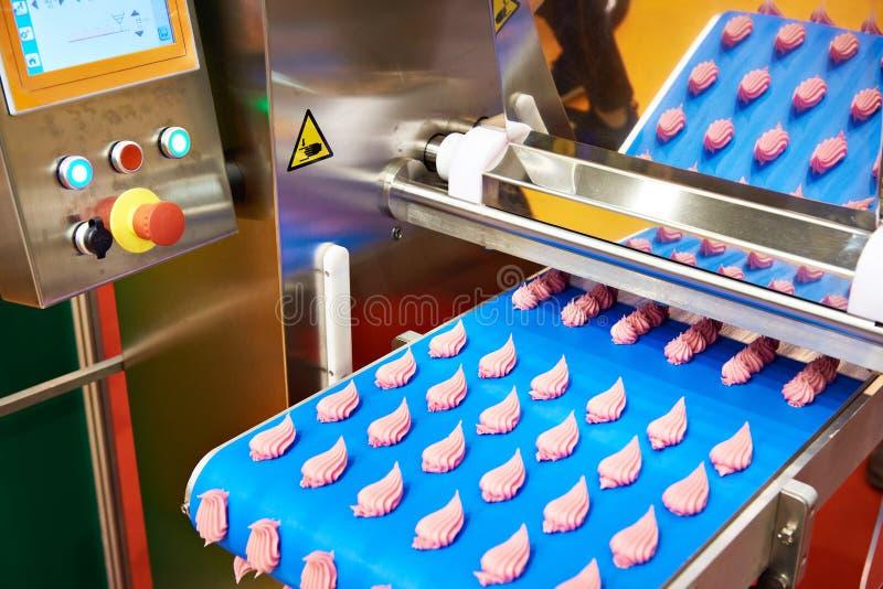 Transportband voor productie van snoepjes en roomrozen royalty-vrije stock afbeelding