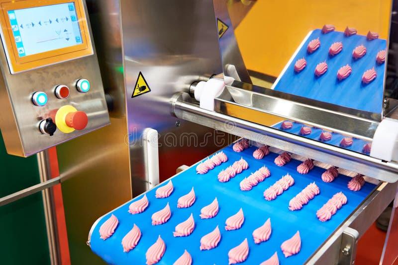Transportband voor productie van snoepjes en roomrozen stock foto