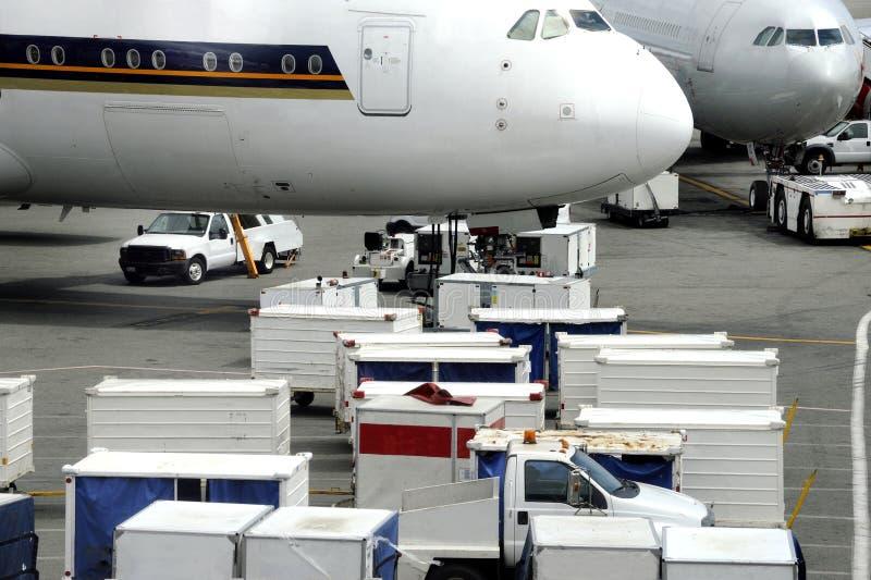 Transporte aéreo de mercadorias num aeroporto foto de stock
