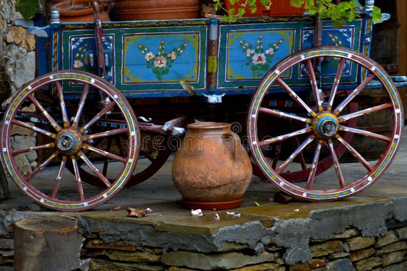 Transporte antigo autêntico velho da vila com decoração colorida fotografia de stock