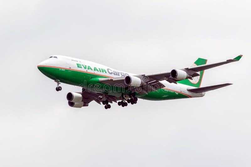 Transporte aviões da linha aérea Eva Air Cargo no céu foto de stock