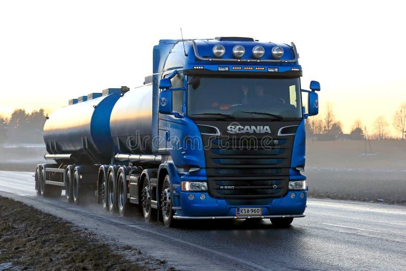 Transporte azul do caminhão de tanque de Scania R580 no por do sol foto de stock