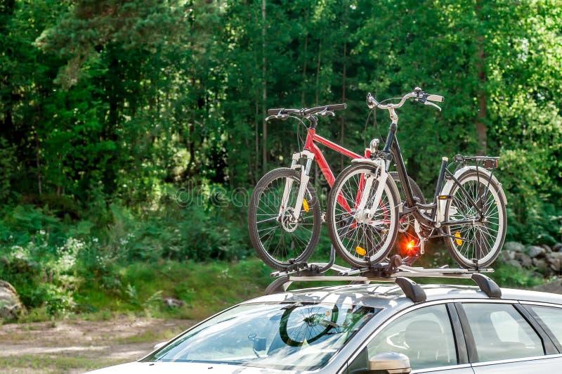 Transporte das bicicletas no telhado do carro fotos de stock