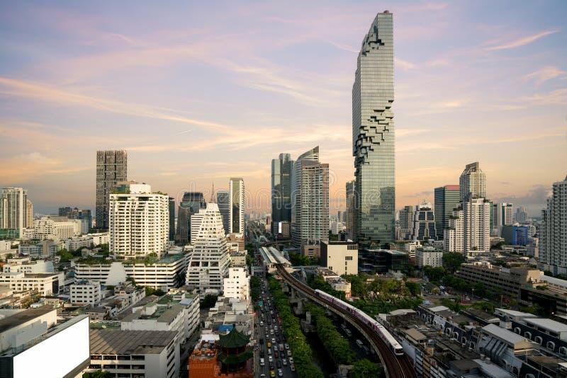 Transporte de Bangkok antes de la puesta del sol con el edificio moderno del negocio de la visión superior en Bangkok, Tailandia fotografía de archivo