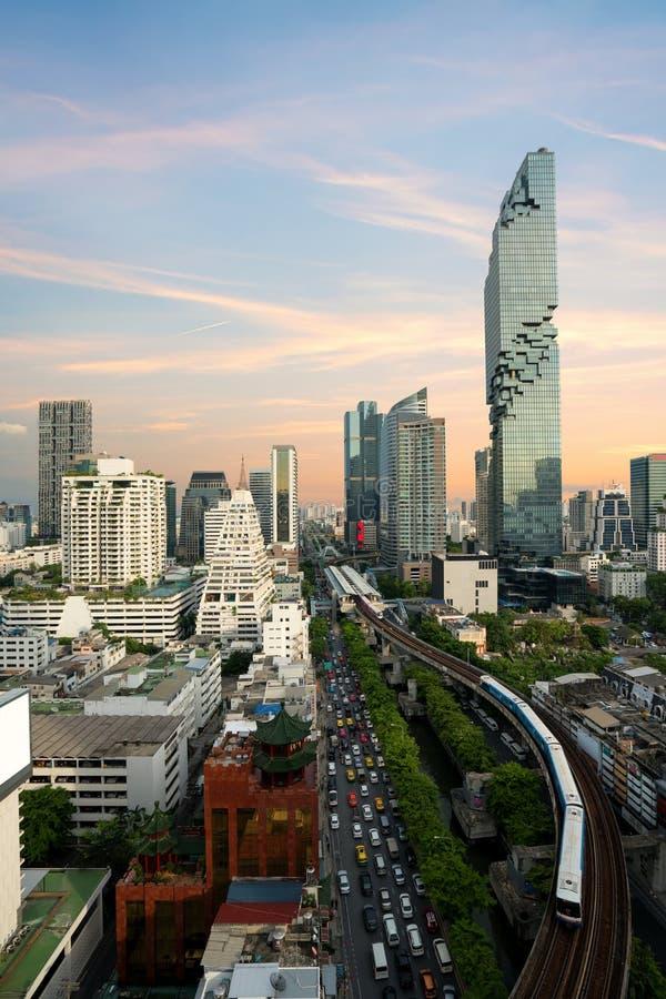 Transporte de Bangkok antes de la puesta del sol con el edificio moderno del negocio de la visión superior en Bangkok, Tailandia fotos de archivo libres de regalías