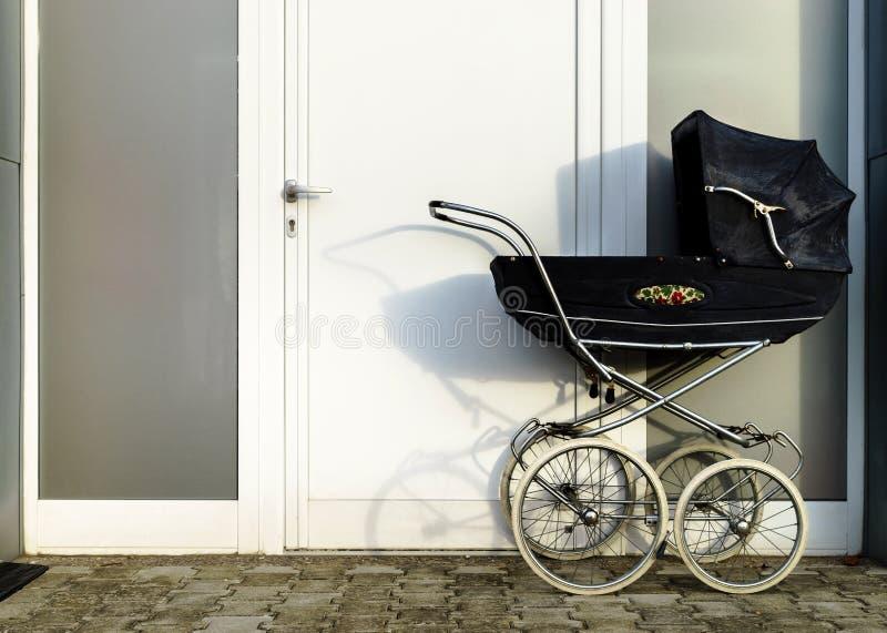 Transporte de bebê retro do carrinho de criança do estilo fora imagem de stock royalty free