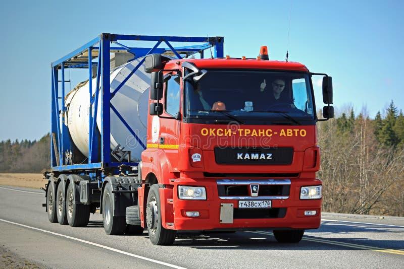 Transporte de contenedores de Kamaz del tanque rojo del camión T1840 en Sunny Day imágenes de archivo libres de regalías