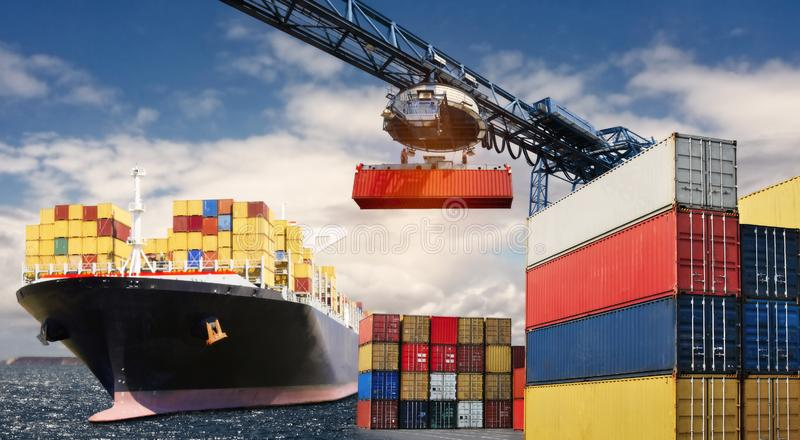 Transporte de contenedores en nave imagen de archivo