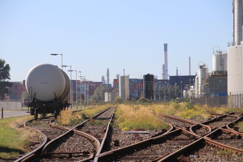 Transporte de espera do óleo do vagão de tanque entre refinarias no porto de Vondelingenplaat no porto de Rotterdam imagens de stock royalty free
